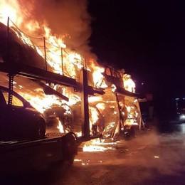 Bisarca incendiata in A4 - Foto  Mattinata difficile in autostrada