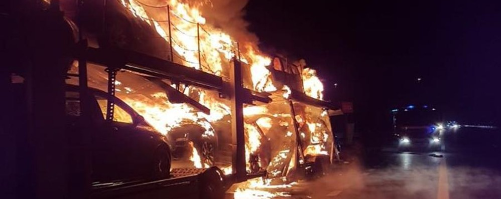 Bisarca incendiata in A4 - Foto  Mattinata difficile in autostrada