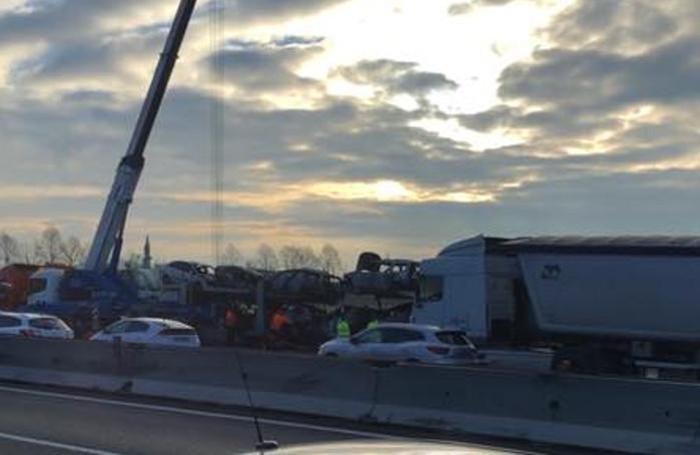 La bisarca incendiata sull'A4 e i lavori per liberare la carreggiata
