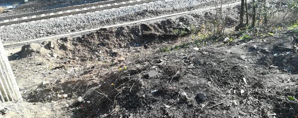 Seriate, degrado in via Nazionale Pulizie e barriera vicino alla ferrovia