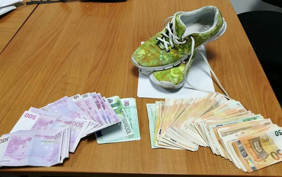 Aveva 20.000 euro nascosti nelle scarpe Fermata una donna in aeroporto a Orio