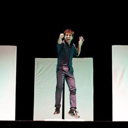 «Bum ha i piedi bruciati» al teatro di Treviglio