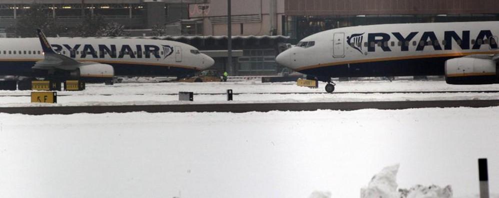 Bufera di neve sul Regno Unito Classi di Bergamo ferme negli aeroporti
