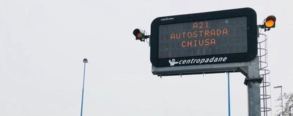 Gelicidio sulle autostrade: riaperta la A21 Come guidare in sicurezza  con la neve