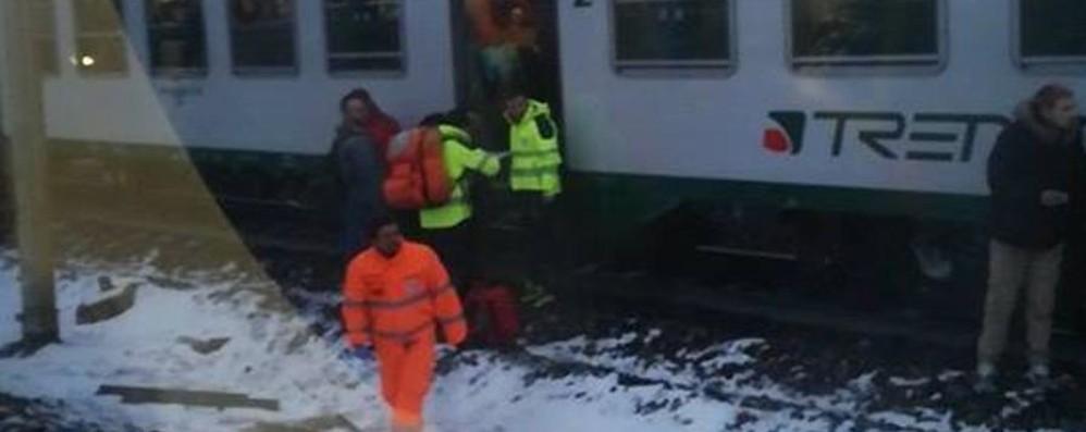 Melzo, treno guasto fermo per ore al gelo Linea bloccata, «rivolta» dei pendolari