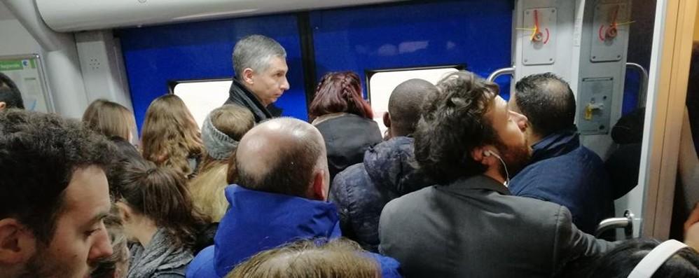 Pendolari, ancora ritardi e vagoni pieni Nuova mattinata di caos sui treni