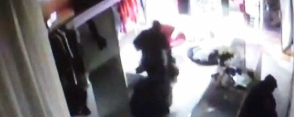 Razzia di abiti da Bernè in via Borfuro Il video dei ladri in azione: colpo in 3 minuti