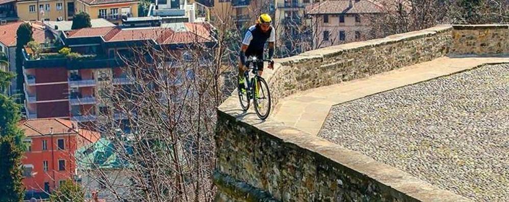 Bergamo, Brumotti «da paura»- Video Con la bici in equilibro sulle Mura