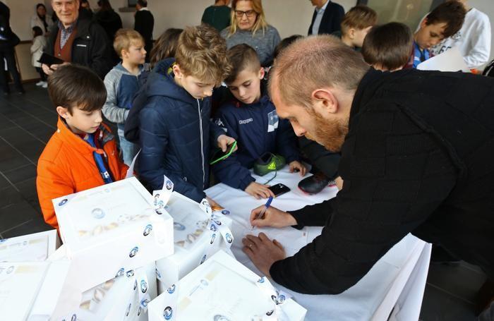 Masiello firma autografi per i suoi piccoli tifosi alla pasticceria Bonati