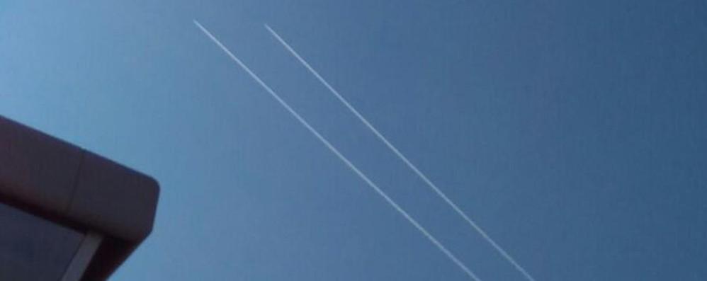 Su L'Eco in edicola la foto dei caccia che affiancano il Boeing francese