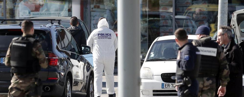 Attentato «Isis» in Francia, 3 morti  Ucciso l'assalitore, ferito l'agente eroe
