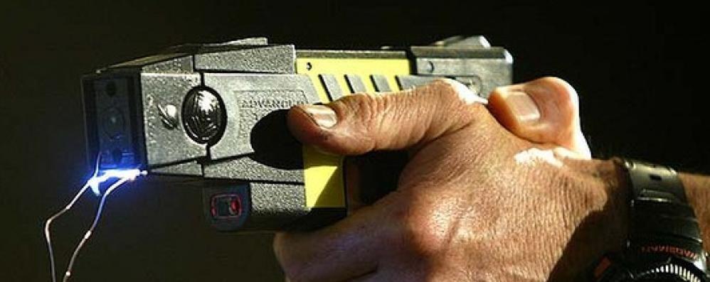 Parte la sperimentazione del taser La Polizia potrà usarlo per immobilizzare
