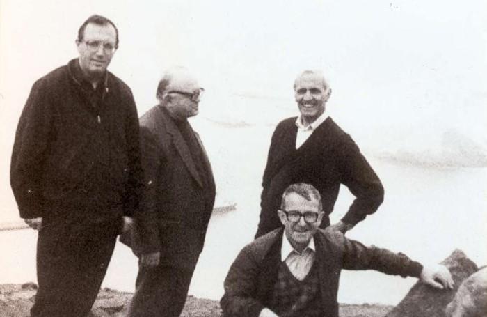 Monsignor Lino Belotti (a destra in piedi) con don Sandro Dordi (in basso a destra)