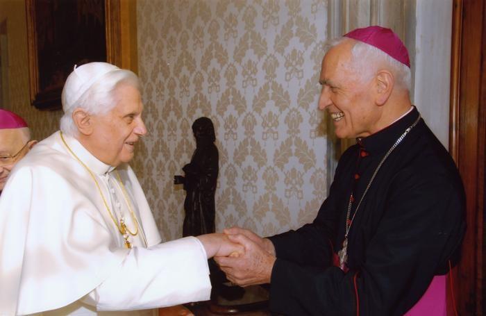 Monsignor Lino Belotti con Papa Benedetto XVI nella visita «Ad Limina apostolorum» a Roma nel febbraio del 2007