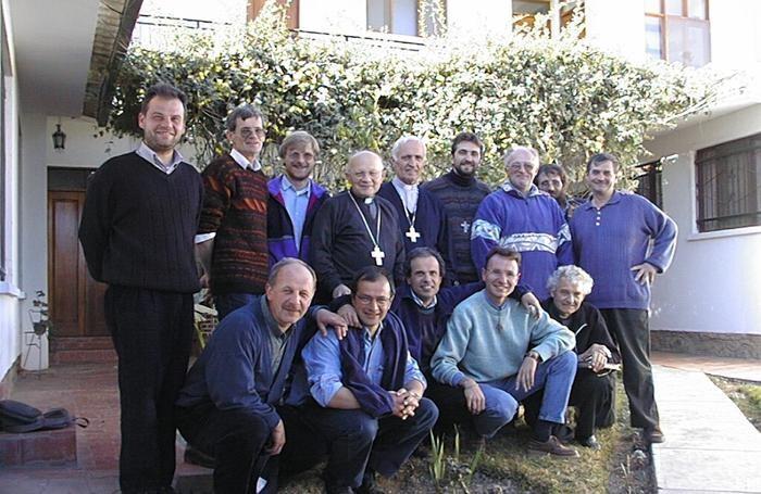 Monsignor Lino Belotti con i missionari in Bolivia in una delle visite nella missione diocesana.