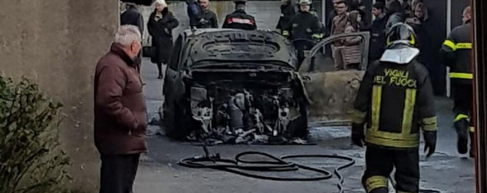 Brucia una macchina a Treviglio Colonna di fumo nella Bassa