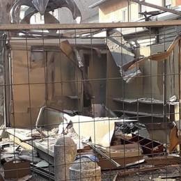 Demolito un simbolo di Colognola - Foto Si smonta la vecchia edicola in piazza