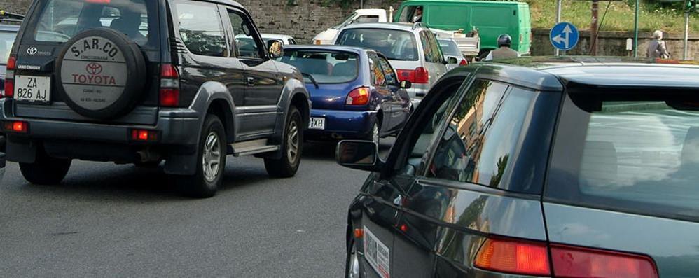 Bergamo, il semaforo non funziona Traffico in tilt in largo Tironi