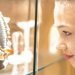 Ladra «illusionista» in gioielleria Si finge cliente e ruba preziosi