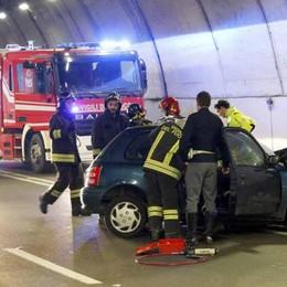 Schianto frontale in galleria a Lecco Muore 59enne di Caprino, ferita collega