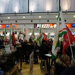MediaWorld, manifestazione a Curno In 150 protestano nel centro commerciale
