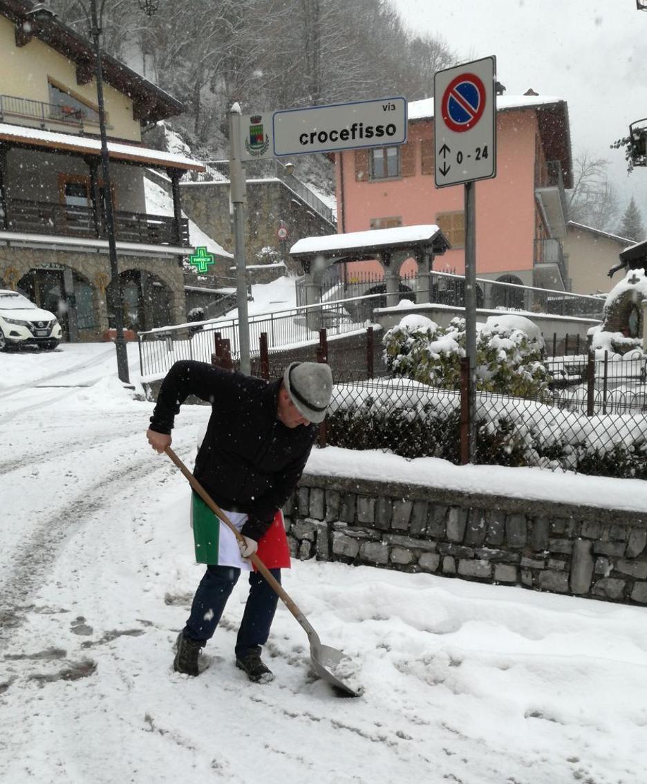 Si spazza la neve a OnoreFronzi