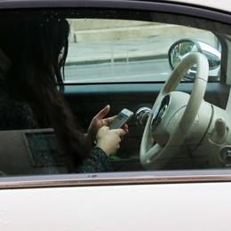 Smartphone alla guida, rischio mortale «Servono sanzioni dure: via la patente»