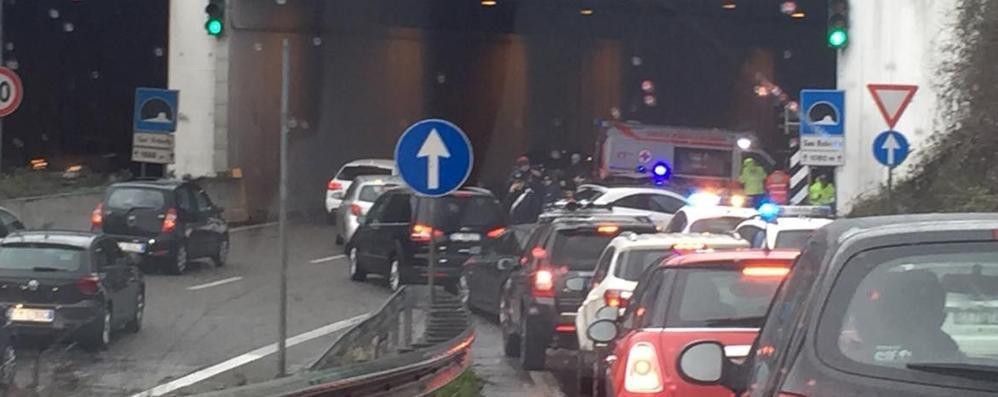 Incidente tra due auto in galleria Code sull'asse interurbano a Bonate