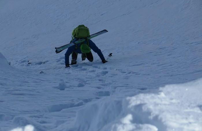 L'ascesa, sci in spalla, sul monte Chierico