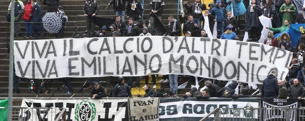 «Viva il calcio d'altri tempi»  Tifoserie unite per ricordare il Mondo