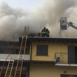 Carobbio, brucia una canna fumaria Prende fuoco un tetto: evacuate famiglie