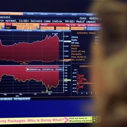 Piazza Affari giù ma non crolla, l'Euro tiene  A Milano scivolano banche e Mediaset