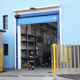 Schiacciato da un macchinario al lavoro Incidente a Ciserano, ferito 33enne