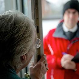 «Truffe agli anziani, un reato odioso Mai aprire la porta: chiamate il 112»