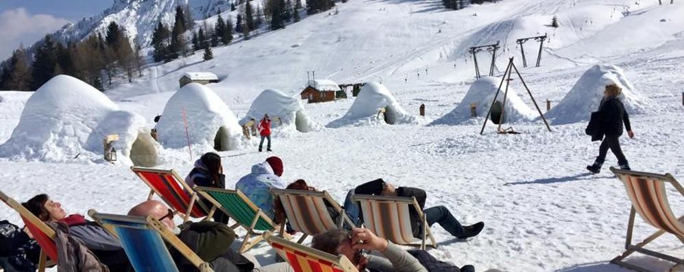 È aprile e nevica ancora A Valleve resistono i sei igloo