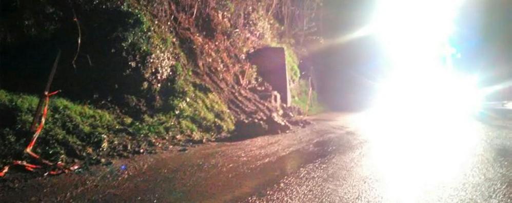 Casnigo, frana sulla strada nella notte Transennata metà della carreggiata