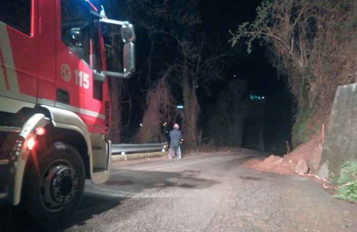 Vigili del fuoco nei pressi dello smottamento a Casnigo