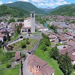 Malore mentre pulisce la Rocca Salvato bergamasco a Sabbio Chiese