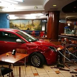 Auto sfonda il bar, fine corsa al bancone Incidente a Ranica, le foto dello schianto