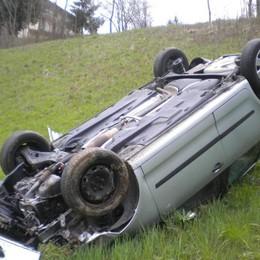 Piario, l'auto finisce in una scarpata  Vettura ribaltata,panettiere illeso