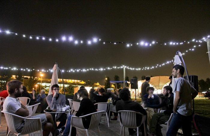 Bergamo - giovani allo spazio estivo del parco della Trucca di notte