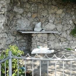 Vandali, distrutta statua della Madonna  «La comunità di Brembo è turbata»