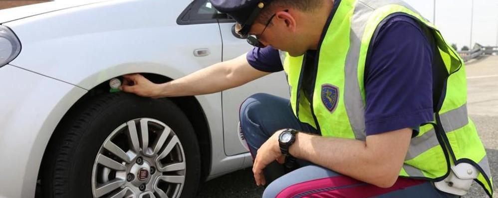 «Ancora in troppi con le gomme sgonfie» Controlli sulle strade della Lombardia