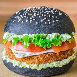 Tofungo,Flower Burger e Cheesy Cecio Hamburger vegani all'insegna del colore