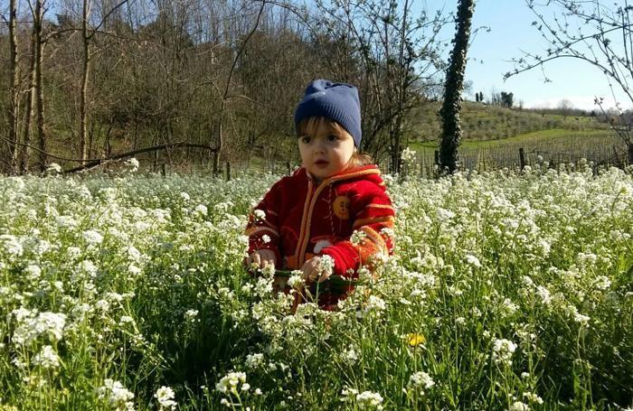 Elena, 2 anni il 7 di aprile, a spasso a Pasquetta. Foto di Mirella Passi