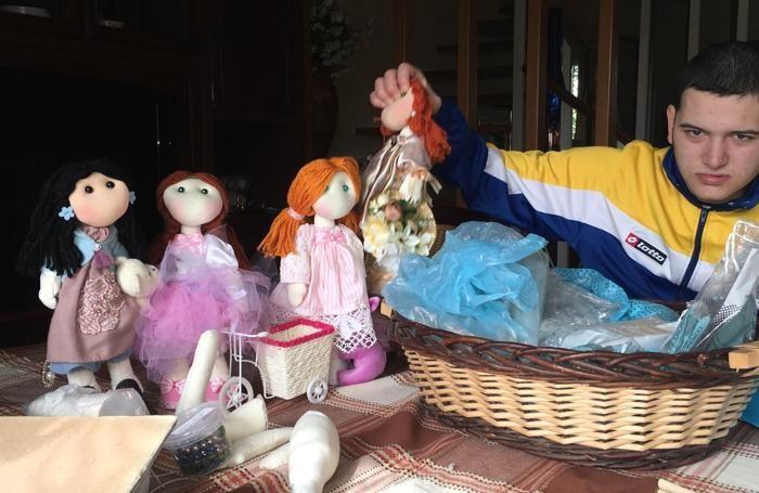 Con le bambole realizzate da Rosita