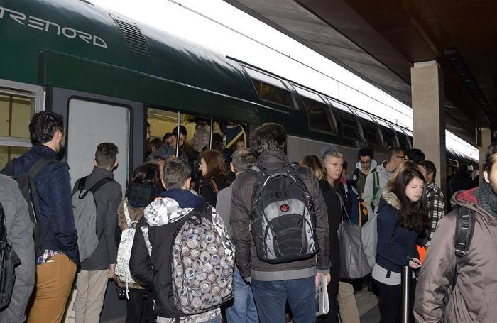 Studenti e pendolari alla stazione salgono su un treno della trenord
