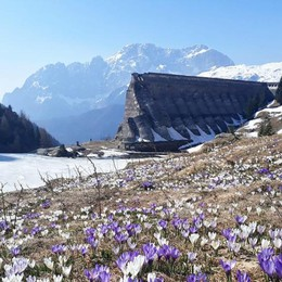 Diga del Gleno, spettacolo tra sole e  neve E il sentiero da Vilminore torna percorribile