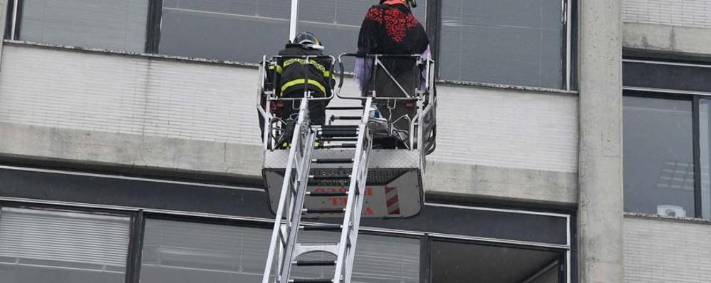 Bimba chiude la mamma in una stanza Devono intervenire i vigili del fuoco