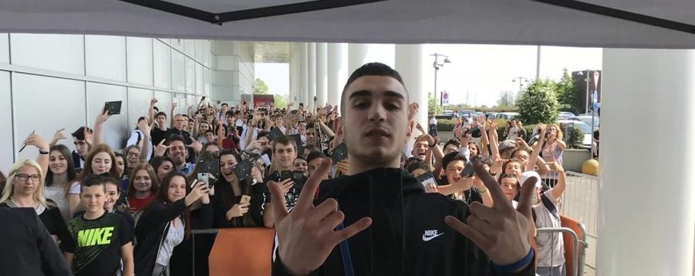 Capo Plaza tra autografi e selfie In 500 alle Due Torri per il rapper